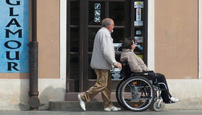42-летнюю женщину полностью парализовало. 15 лет она общается с помощью датчика, реагирующего на движение щеки, и чувствует себя счастливой!