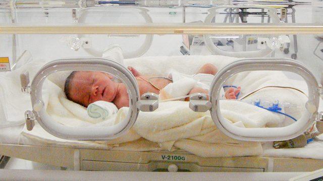 Врачи не верили, что младенец выживет и предложили остановить лечение. Родители молились всю ночь, и сын пошёл на поправку