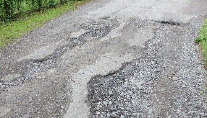 Школьники Челябинска ремонтируют разбитую дорогу. Потому что устали смотреть, как спотыкаются старики и мамы с колясками