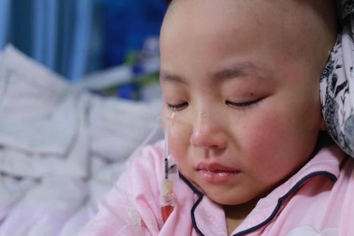 Отец каждый день надевает свадебное платье и красит губы помадой. Так он привлекает внимание к болезни маленькой дочери