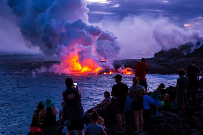 Жители Гавайев привыкли к извержению лавы и интересуются, можно ли жарить зефир и сосиски над кратером вулкана