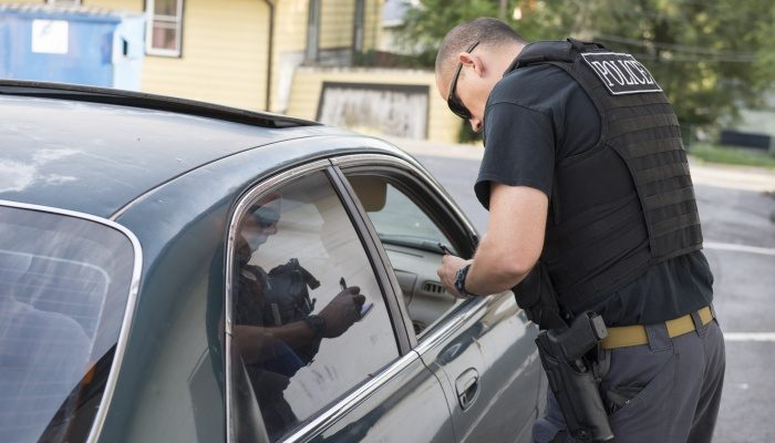 Друзья прочитали по губам девушки в соседней машине мольбу о помощи и вызвали полицию. Несчастную удалось спасти