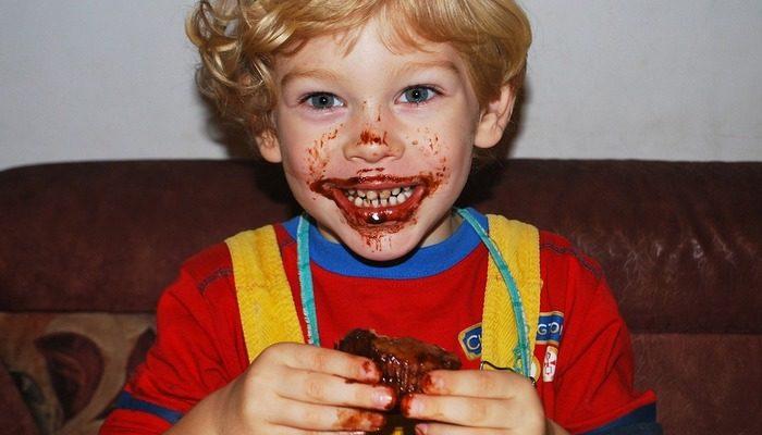 Через 43 года у грабителя проснулась совесть, и он вернул деньги за украденные шоколадки