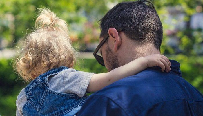 Прохожий сделал замечание отцу, который нёс на руках 6-летнюю дочь. В ответ он узнал, что девочка больна раком и заплакал