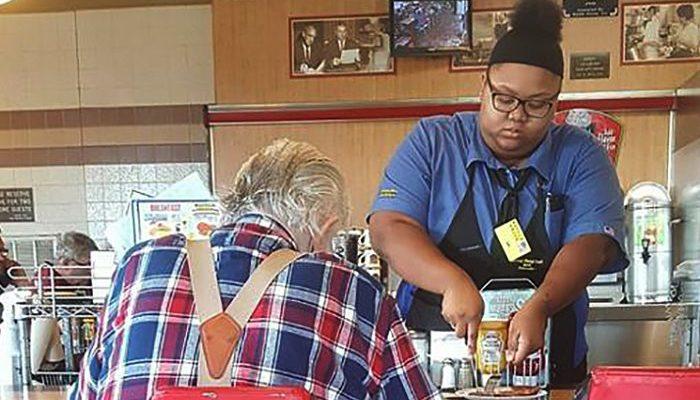 Официантка разрезала еду на тарелке пожилому посетителю кафе и получила за это 16 000$. История о том, как за добро воздаётся добром