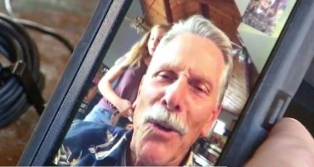 Пожилой турист снимал, как парень делает предложение возлюбленной, но телефон был в режиме селфи!