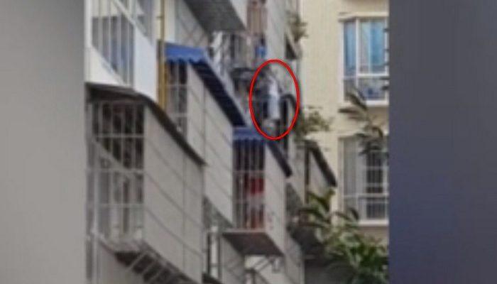 (Видео) 60-летний дедушка спас ребёнка, висящего на уровне третьего этажа
