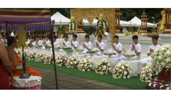(Видео) Спасённые из пещеры Таиланда школьники стали послушниками в монастыре