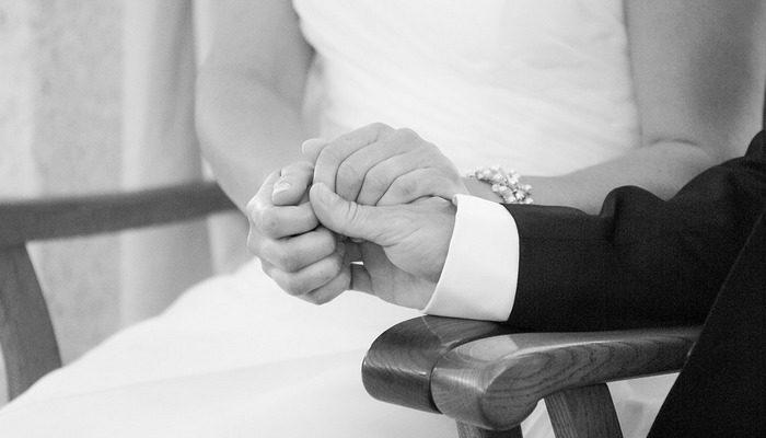 Жена проходила лучевую терапию, и к ней нельзя было подойти. Тогда муж поставил столик возле двери в комнату, чтобы быть рядом и поддерживать