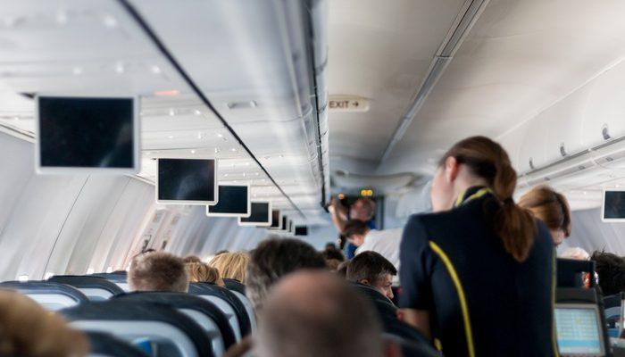 Выпускник-медик поехал отдыхать, а в самолёте женщина упала в обморок. Тогда врач впервые применил полученные знания