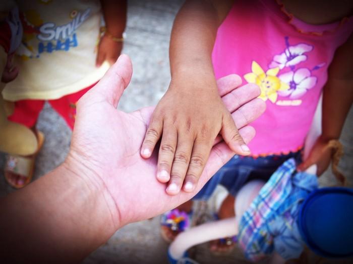 После утраты любимого девушка стала доулой смерти. «Людей должен кто-то держать за руку, когда они умирают»