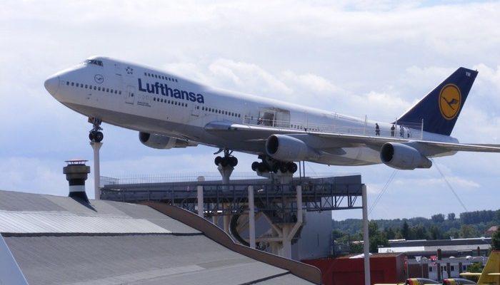 Пожилой пассажирке самолёта стало плохо. Бортпроводник заботился о ней, как о ребёнке