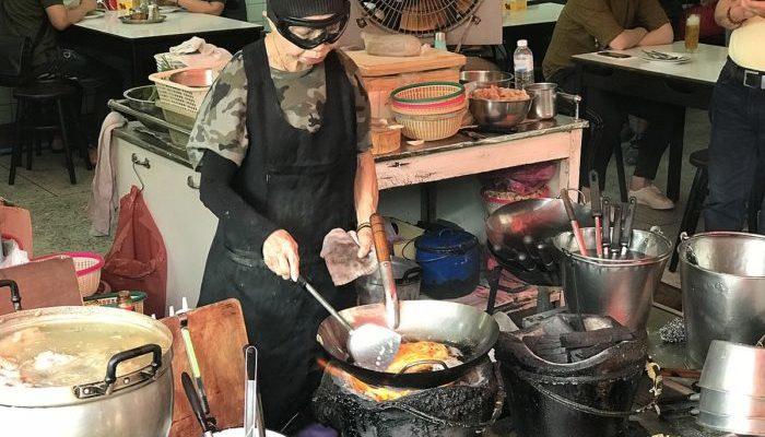 72-летняя «королева уличной еды» в горнолыжных очках привлекает толпы туристов. Её мастерство отмечено звездой Мишлен!