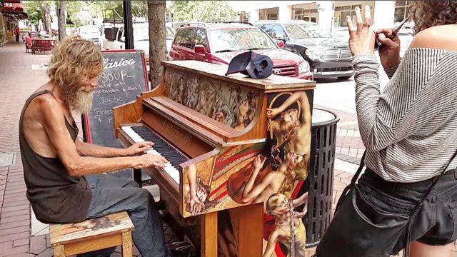 (Видео) Игру на пианино бродяги-музыканта посмотрели 3 млн раз. Это видео круто перевернуло его жизнь, и он встретил свою любовь!