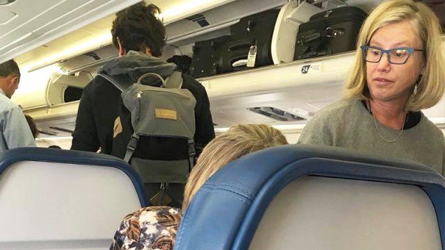 Пожилую пассажирку самолёта сопровождали злорадные насмешки. Незнакомая женщина помогла ей перенести полёт