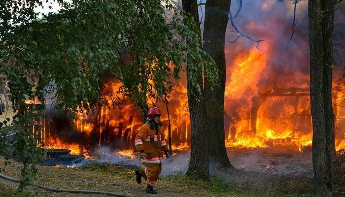Подростки 11 и 12 лет увидели горящий дом и бросились на помощь. Они вывели детей, но пострадали сами