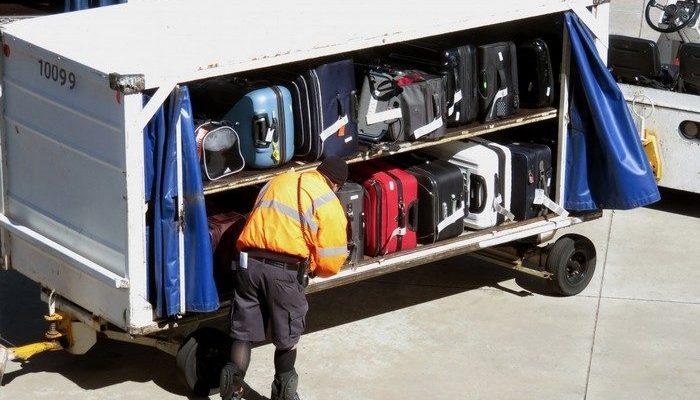 Грузчики российских аэропортов бережно переправили янтарную картину пассажирки. Их переписка на багаже тронула людей