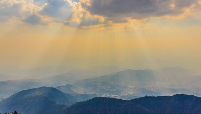 Потеряв возлюбленную, житель Таиланда взял её прах и отправился на самую высокую вершину страны. Ведь они мечтали об этом путешествии!