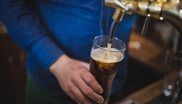 Старик одиноко коротал вечера с кружкой пива в пабе. После разговора с барменом у него появилось много друзей
