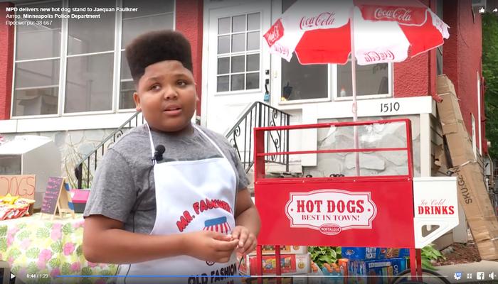 Мальчик незаконно торговал хот-догами. Получив жалобу, власти решили помочь пареньку легализовать бизнес