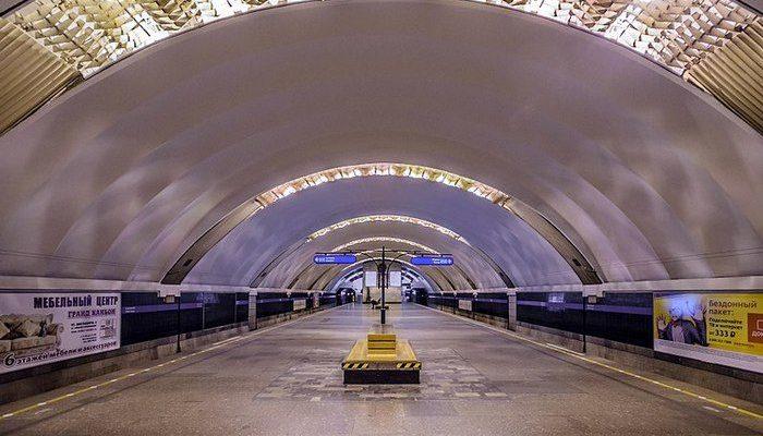 Пассажир петербургского метро упал в вагоне без сознания. 30 минут люди боролись за его жизнь до приезда скорой