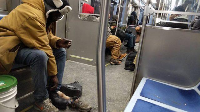 Пассажир метро увидел кровоточащие обмороженные ноги бездомного и отдал ему свои новые тёплые ботинки