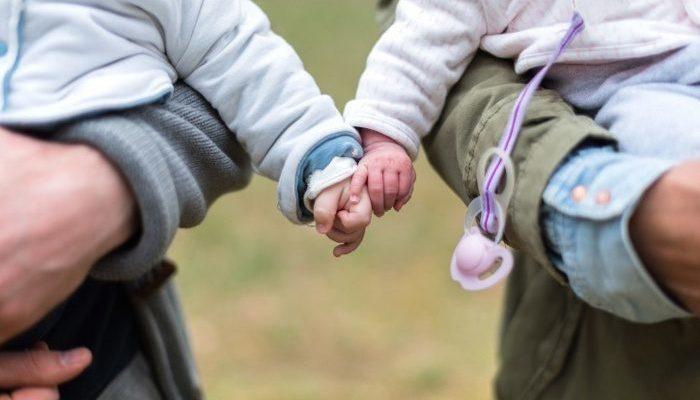 Недоношенные близнецы родились весом менее 0,5 кг каждый. Врачи настроили родителей на худшее, но дети выжили!