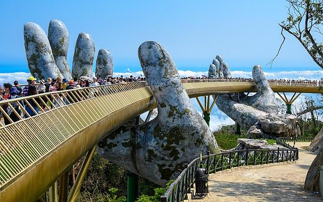 Золотой мост во Вьетнаме поддерживают «гигантские руки Бога». Посмотрите!
