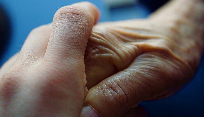 Пожилая женщина заранее написала письма своим внукам к их совершеннолетию, потому что скоро потеряет память