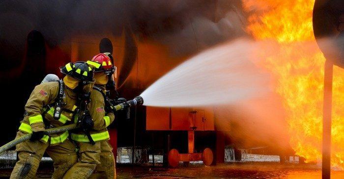 (Видео) Пожарные опубликовали видео спасения мужчины из горящего дома. Пользователи в восхищении!