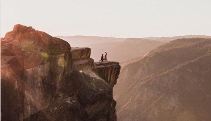 Фотограф случайно поймал потрясающий кадр, как мужчина делал предложение возлюбленной на вершине скалы. И начал искать их, чтобы отдать фото!