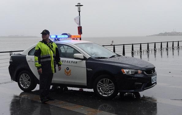 Полицейский оштрафовал женщину за незаконную торговлю. А потом дал ей денег