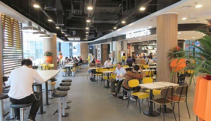 Молодой мужчина согласился пообедать с одинокой пожилой женщиной. Его доброта тронула людей в кафе