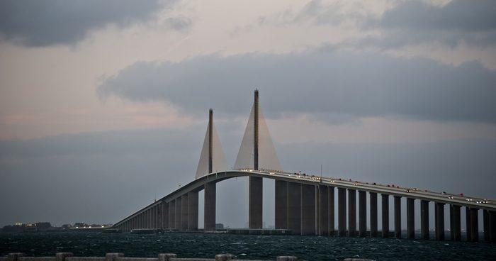 Девушка со всех ног бросилась к парню, сидевшему на перилах моста, и спасла его от самоубийства