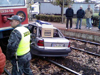 Поезд протаранил машину на переезде и протащил 40 метров, но женщина-водитель осталась невредимой