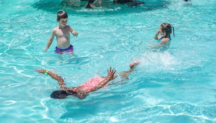 Третьеклассник раньше взрослых распознал беду и спас 5-летнюю девочку от утопления в бассейне. Герой!