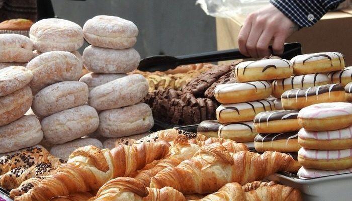 Жители городка скупают все пончики до обеда, чтобы пекарь больше времени проводил с больной женой