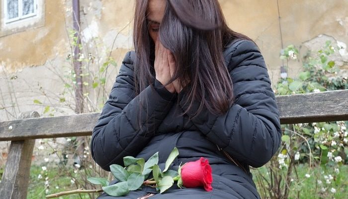 Вдова оставила записку с просьбой бросить розу в озеро, где развеян прах её мужа. Эта история растрогала людей по всему миру