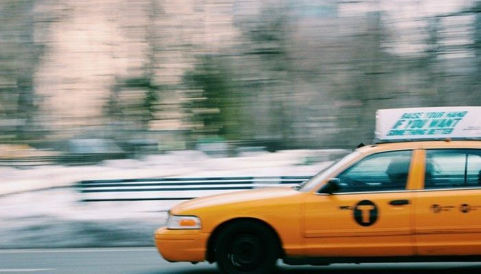 Таксист 8 часов ждал пассажирку перед её домом, чтобы вернуть забытые в машине деньги и документы