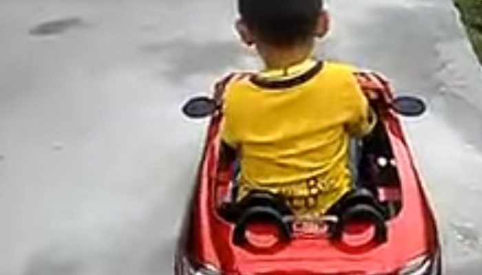 Врачи дали 6-летнему мальчику доехать до операционной на детском гоночном автомобиле, чтобы он меньше волновался