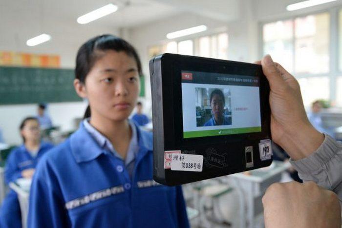 Китайским школьникам выдали форму со встроенными чипами, отслеживающими их перемещение