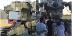 (Видео) Робот-трансформер катается по улицам Китая, вызывая страх и восхищение у прохожих