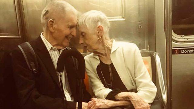 Трогательная фотография пожилой пары в нью-йоркском метро растопила сердца интернет-пользователей