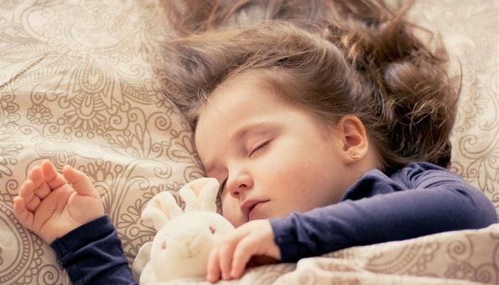 Малышка легла отдохнуть в детской, но мама не смогла разбудить её и вызвала скорую. Диагноз — тепловой удар