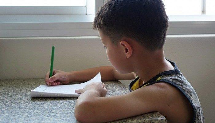 7-летний мальчик написал открытку умершему папе. И почтальон сообщил ему, что было трудно, но послание доставлено на небеса!