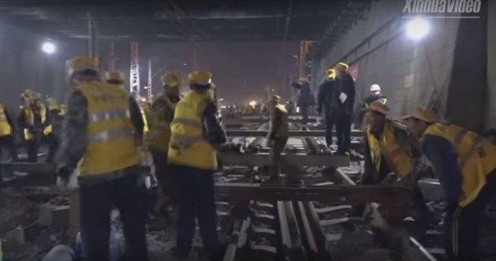(Видео) В Китае за ночь рабочие успели заменить все рельсы на территории вокзала