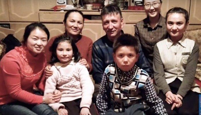Каждые 2 месяца китайские чиновники живут по 5 дней в мусульманских семьях. Они проводят политику партии, заставляя этнические меньшинства отказаться от традиций