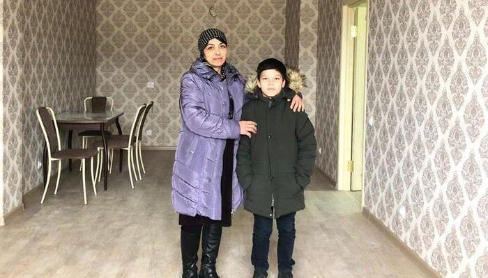 Семья получила квартиру, когда люди узнали, что 9-летний мальчик перед школой помогает своей многодетной маме убирать улицы