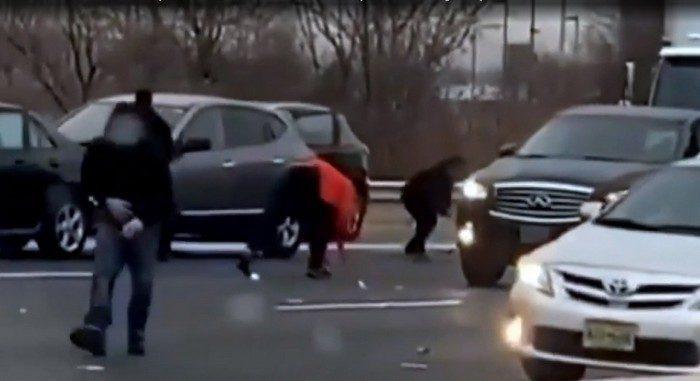 Женщина собрала на дороге более 6 000$ и сразу отправилась в полицию, чтобы найти их хозяина!