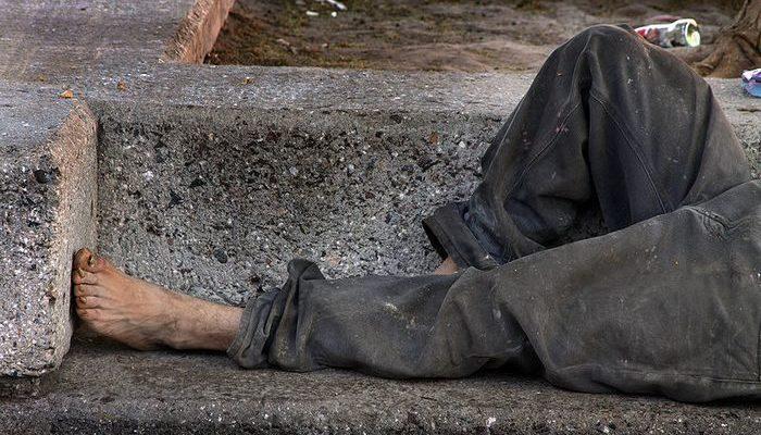 Сын-подросток растопил сердце матери, когда подарил свои новые кроссовки за 140$ бездомному